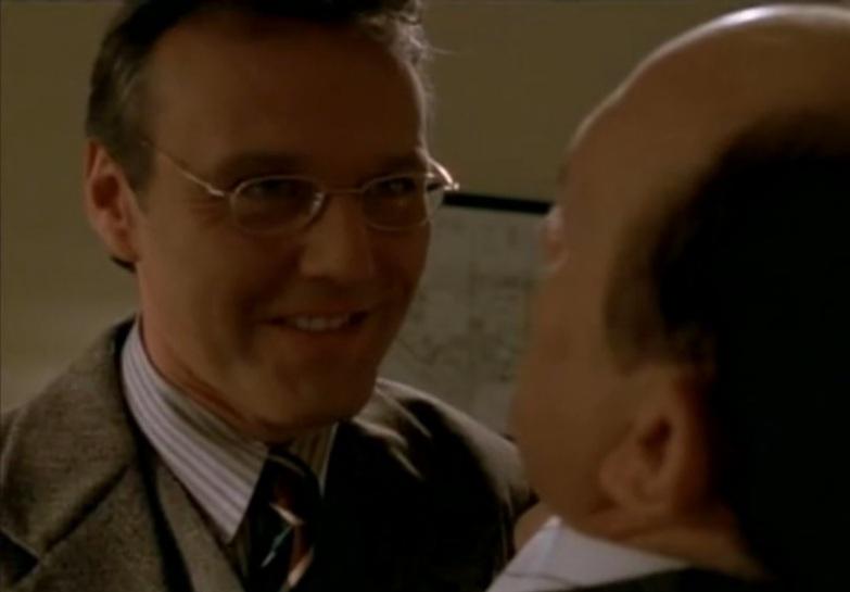 Giles che convince Snyder con le buone maniere!